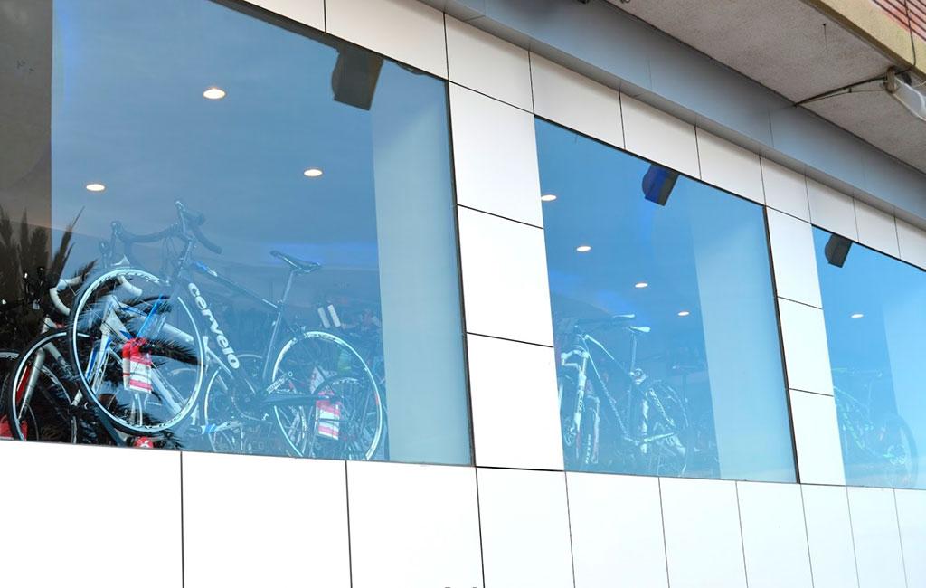 Escaparate de tienda de bicicletas en Alicante